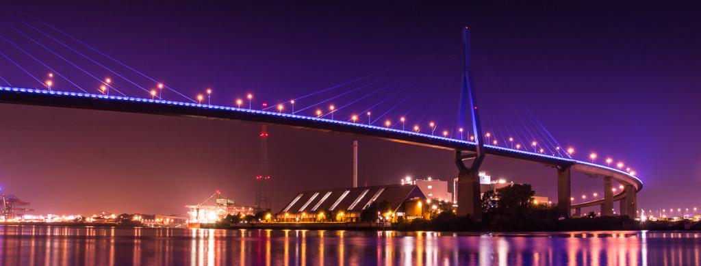 Hamburg Köhlbrandbrücke bei Nacht und Blue Port
