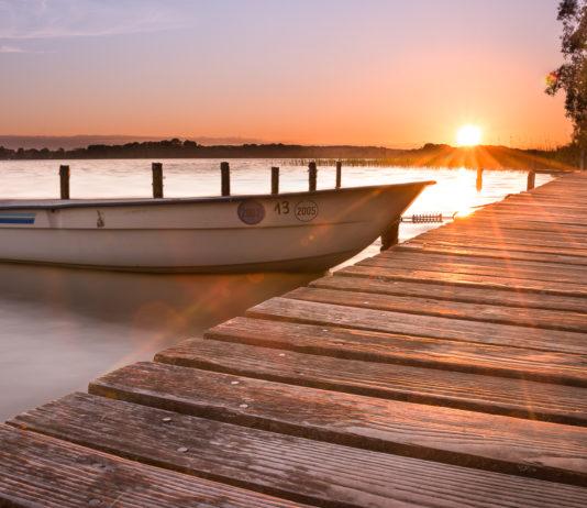 Bootssteg im Sonnenuntergang in Zarrentin am Schaalsee